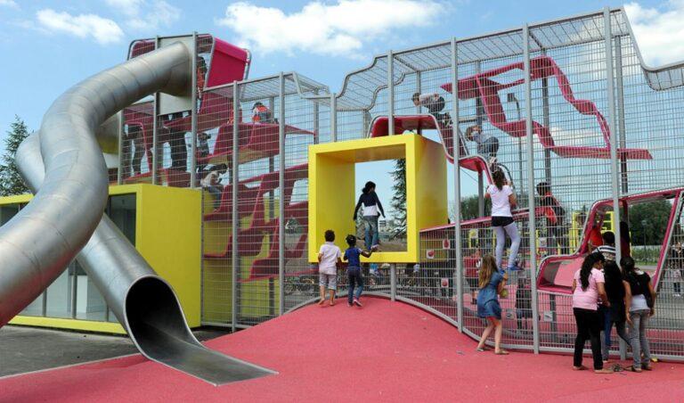 Speeltoestellen en zitbanken Bijlmerpark